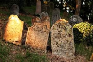 Keď už nevydalo na neskoro bronzovú nekropolu, tak poteší aj židovský cintorín v neďalekej Dolnej Lukavici...
